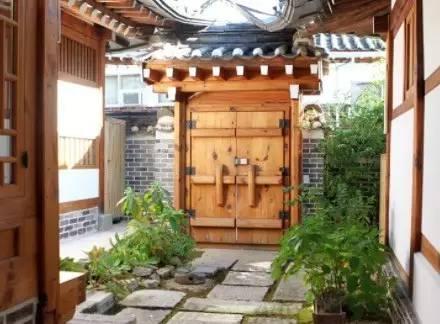 傳 統 的 韓 屋 木 門
