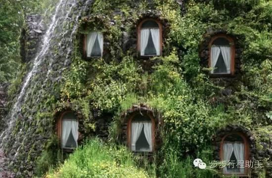 感 覺 隨 時 會 有 騎 著 掃 帚 的 魔 法 師 從 這 些 小 窗 裡 飛 出 來 !