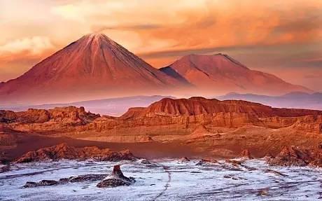 智 利 的 阿 塔 卡 馬 沙 漠 。