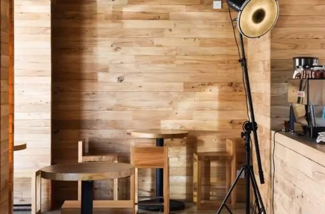 店 內 皆 採 原 木 傢 俱。