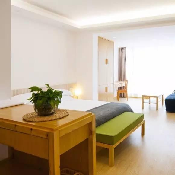 充 滿 現 代 舒 適 風 格 的 客 房 。