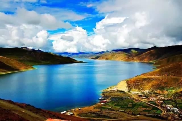 羊 卓 雍 措 湖 泊 。