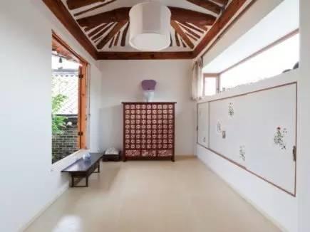 有 別 於 傳 統 韓 屋 , 這 裡 設 計 以  明 亮 、 簡 潔 風 格 為 主。