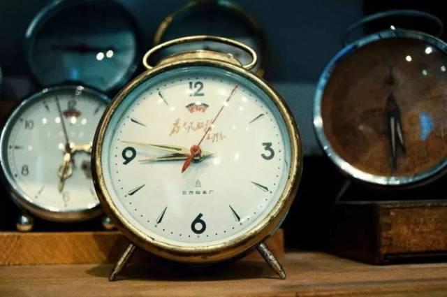 復 古 鬧 鐘 。