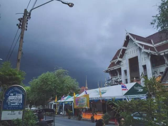 天 氣 陰 陰 、正 值 雨 季 的 清 邁 。