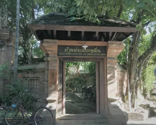陶 瓷 咖 啡 店 。