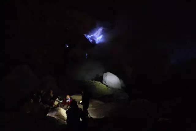 在 亂 石 小 道 上 看 到 遠 處 湧 動 的 藍 火。