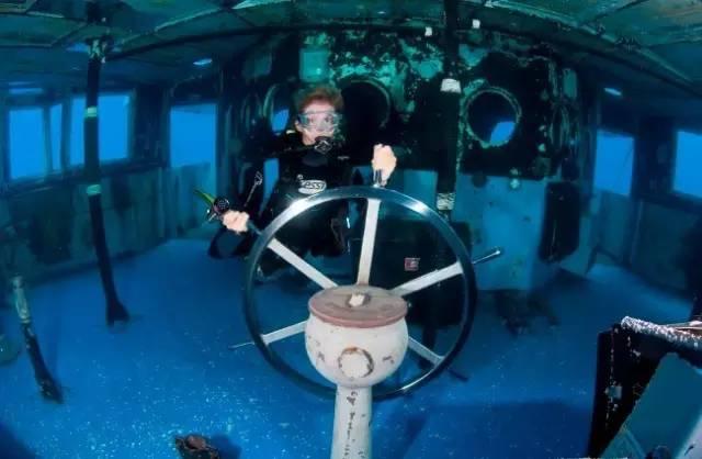 光 亮 的 舵 輪 , 八 成 是 為 了 讓 潛 水 客 把 玩 。