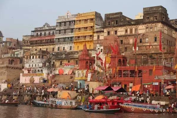 從 船 上 回 望 色 彩 感 極 強 的 瓦 納 拉 希 城 , 別 有 一 番 古 韻 。