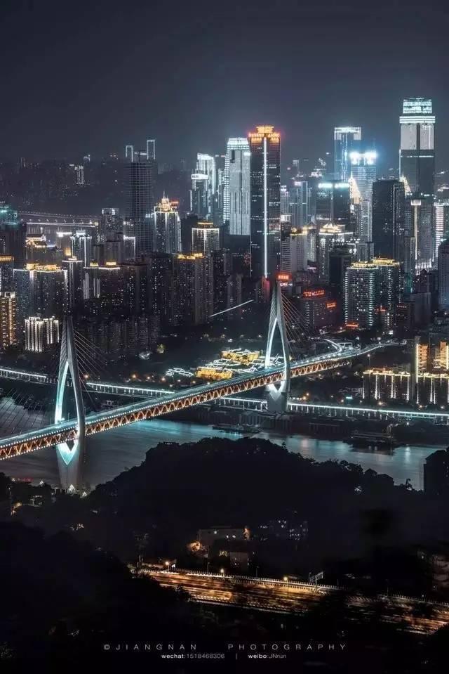 可 通 過 輕 軌 的 跨 江 大 橋。