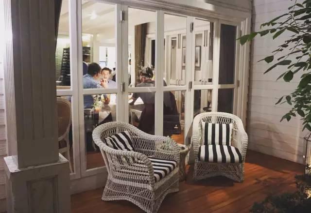 用 餐 環 境 就 像 是 朋 友 家 裡 般 的 舒 適 自 在 。