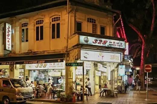 新 加 坡 加 東 隱 藏 著 許 多 為 開 發 的 路 邊 美 食