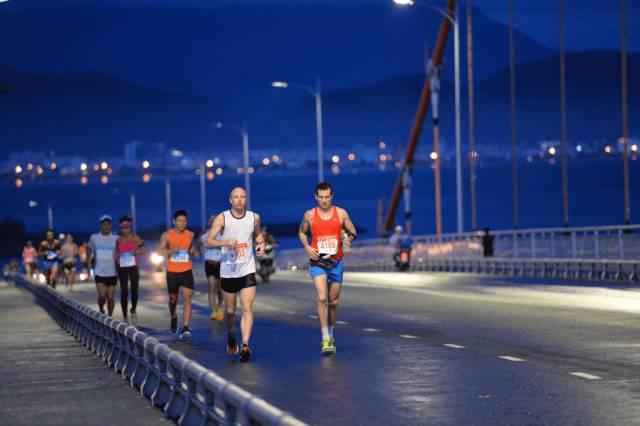 體 力 的 考 驗 戰 , 夜 晚 路 跑 與 峴 港 道 聲 晚 安