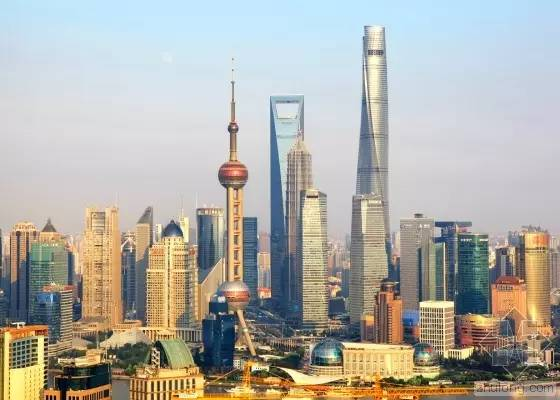 充 滿 高 樓 大 廈 、 現 代 感 的 上 海 。