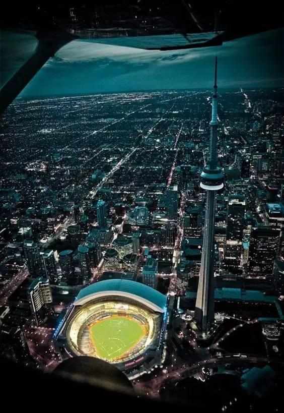 加 拿 大 國 家 電 視 塔 。