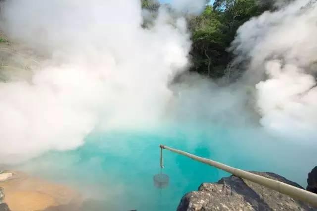 有 著 蔚 藍 溫 泉 水 的 「 海 地 獄 」 。