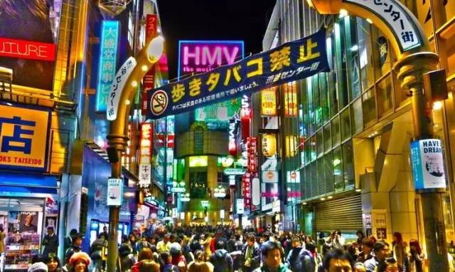 密 集 的 人 潮 、 複 雜 的 街 道 和 各 式 霓 虹 燈 讓 整 個 城 市 密 不 透 風 。