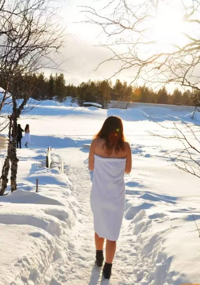 在 雪 地 行 走 記 得 穿 上 襪 子 避 免 凍 傷 。