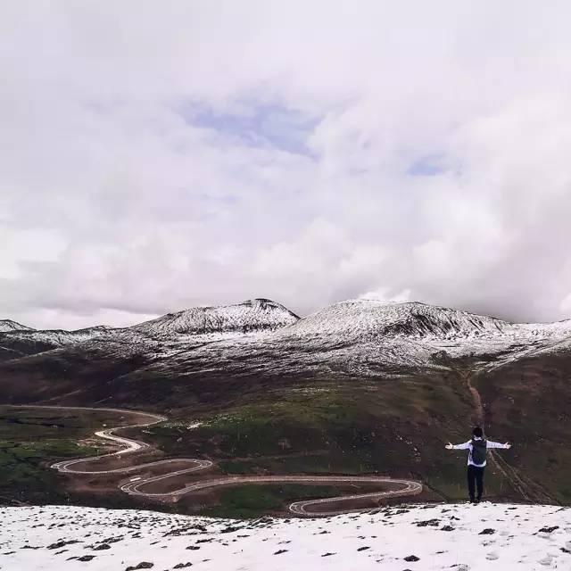 △第 一 次 看 見 綿 延 一 片 的雪 山 ,內 心 難 掩 激 動 。