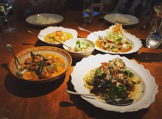 ▲nahm 不 是 像 西 式 一 道 道 出 菜 ,而 是 按 亞 洲 人 習 慣, 四 菜 一 湯 同 時 上 桌 。
