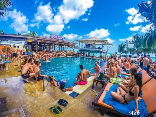 大 家 坐 在 靠 海 的 泳 池 , 喝 酒 、 玩 水 、 日 光 浴