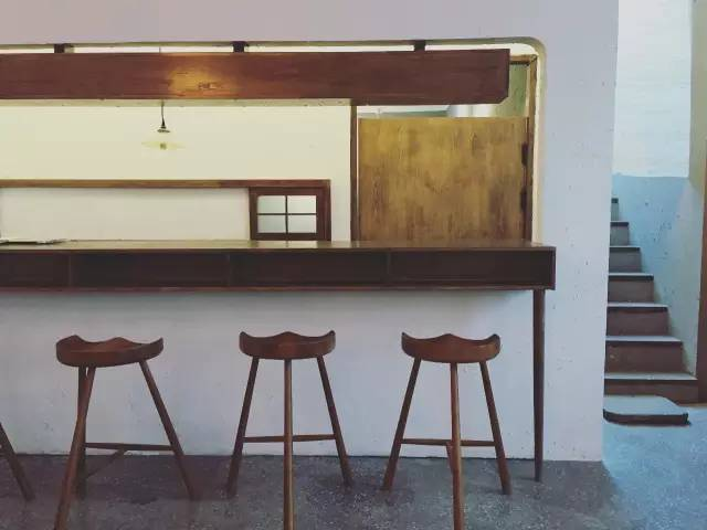 原 木 裝 潢 , 不 鋪 張 的 簡 單 樸 實 風