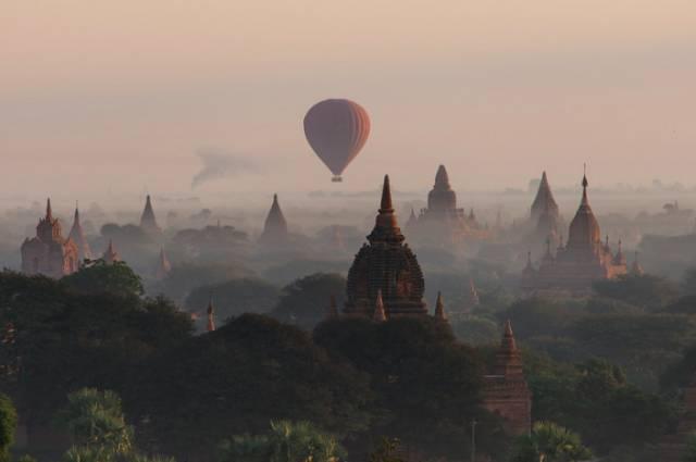 乘 坐 熱 氣 球 可 看 到 三 千 座 佛 塔 的 壯 觀 。