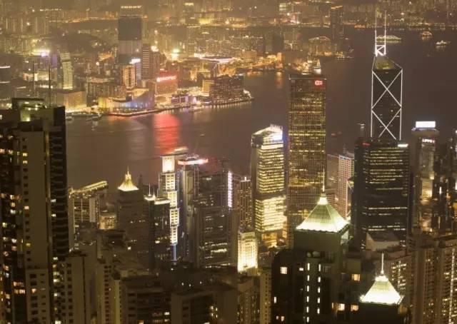 香 港 摩 天 大 樓 林 立 。