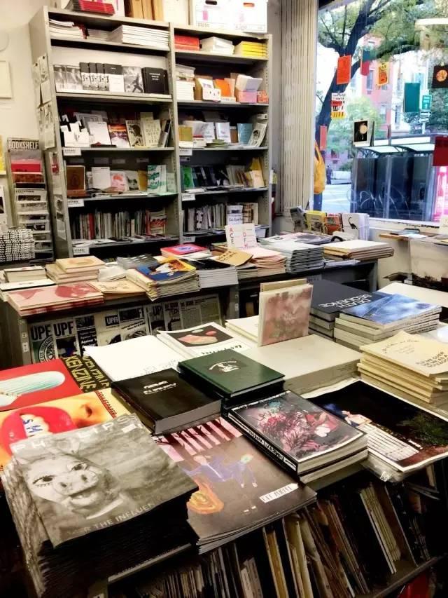 c5e0adf67786 ... 物書店,Printed Matter必然是文人到紐約必朝聖的地方。店 裡的獨立出版物和小型zine真是多到有點暈,但的確大開眼界,甚至有很多藝術家自製zine也可以在這裡找到。