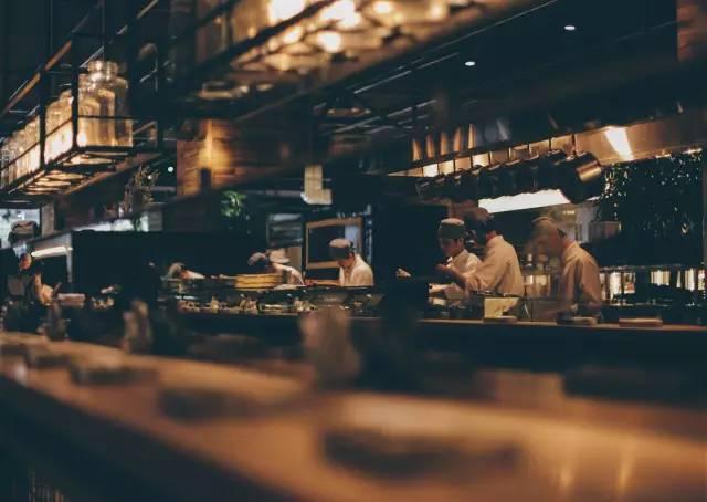 開 放 式 的 廚 房 。