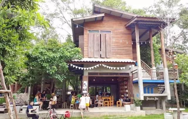 除 了 創 意 市 集 外 , 也 有 咖 啡 店 。