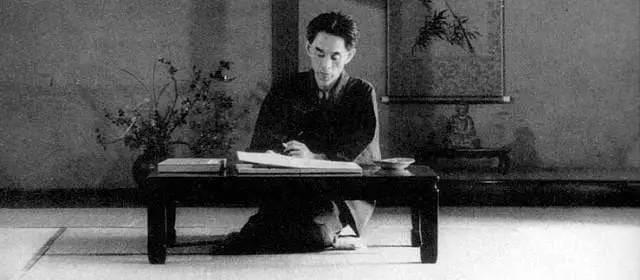 日 本 名 作 家 : 川 端 家 康 。