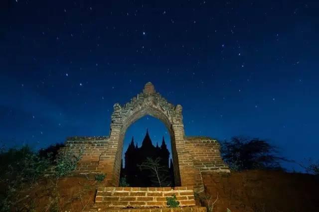 蒲 甘 夜 晚 的 佛 塔 與 星 空 。
