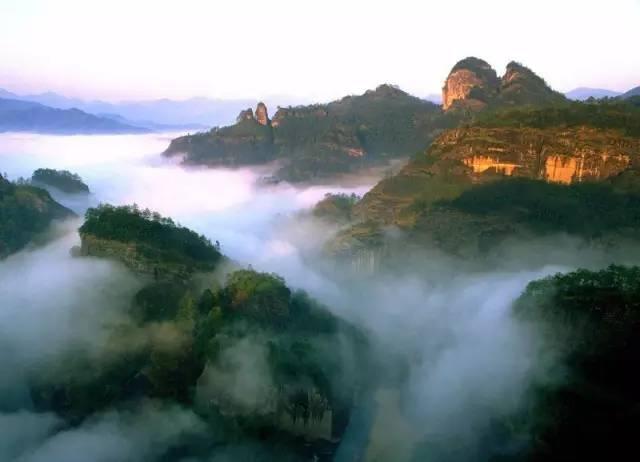 煙 霧 繚 繞 的 武 夷 山 。