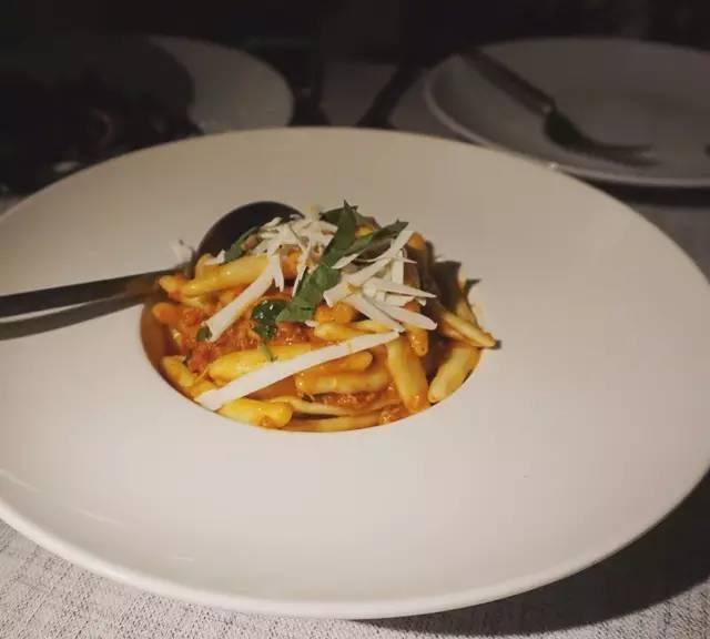 ▲ 肉 醬 Pasta , 這 應 該 是 最 近 吃 到 最 好 的 一 份 Pasta! 其 實 就 是 簡 單 的 番 茄 肉 醬 , 但 這 個 麵 做 得 太 好, 不 同 於 許 多 餐 廳 用 的 乾 麵 , 是 新 鮮 做 出 來 的 Capunti 或 Trofie , 把 醬 汁 都 收 裹 在 裡 面 , 口 感 特 別 好 。