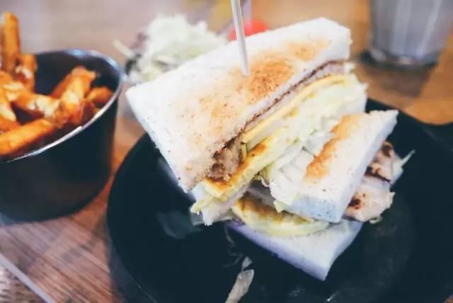 阿 嬤 燒 肉 三 明 治 也 是 明 星 商 品。