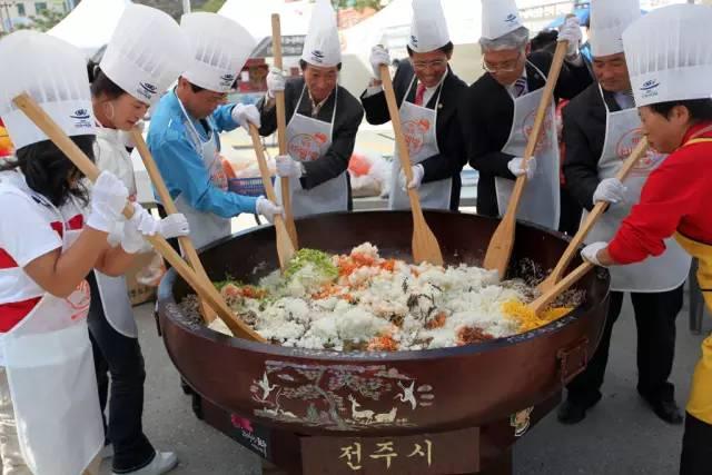 超 巨 大 石 鍋 拌 飯 , 你 吃 得 完 嗎