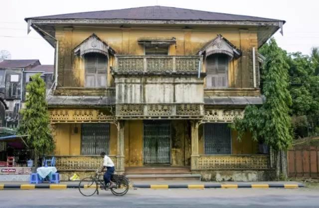 毛 淡 棉 還 保 留 著 英 國 殖 民 時 期 的 建 築 風 格 。