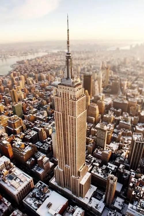 紐 約 帝 國 大 廈 。