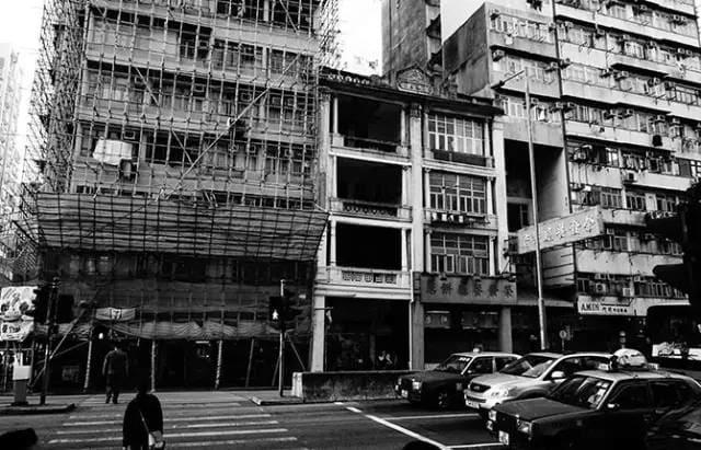 老 舊 巷 弄 。