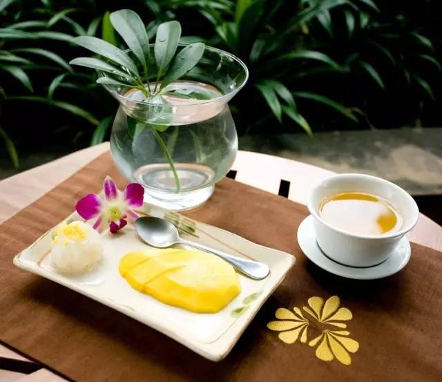 按 摩 完 還 能 享 用 糯 米 飯 、 芒 果 、 花 茶。