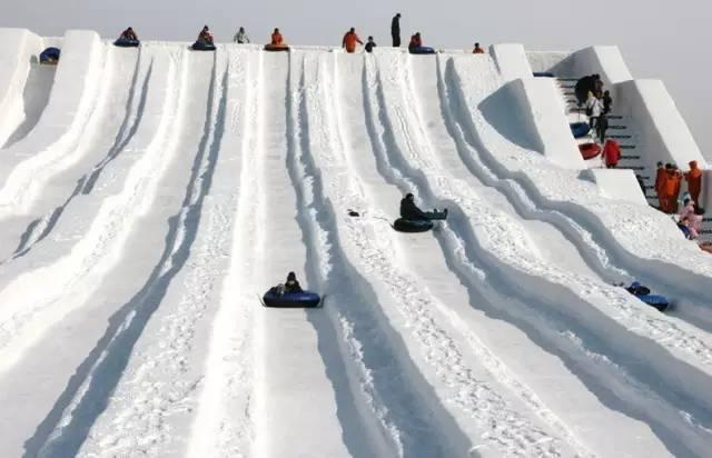 以 雪 做 成 的 滑 雪 梯 !