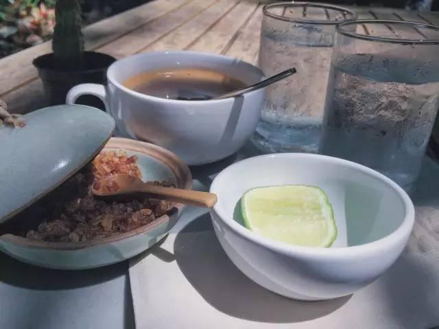 泰 式 檸 檬 茶 。