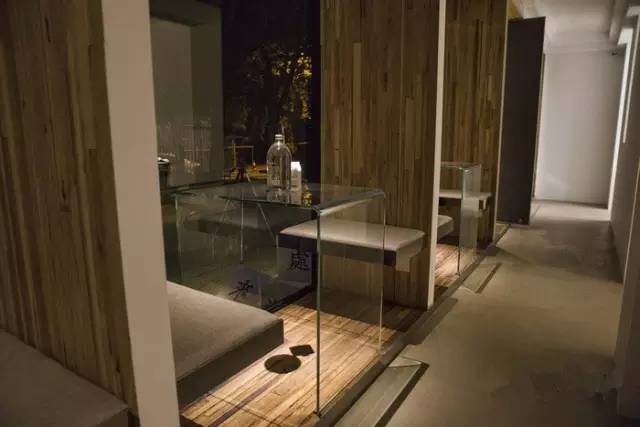木 板 隔 間 讓 客 人 想 要 自 己 的 私 人 小 天 地