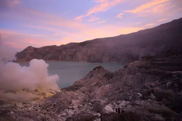 火 山 湖 。