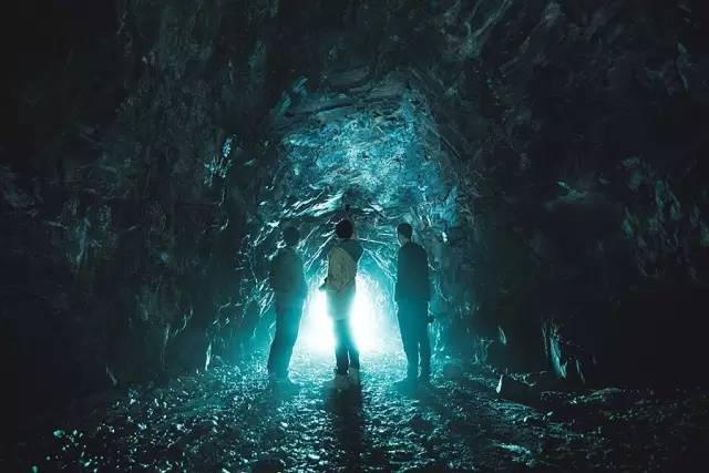 △ 到 達 畢 棚 溝 ,誤 闖 了 一 個 煤 礦 , 看著 這 伸 手 不 見 五 指 的 山 洞 裡 , 像 是前 方 未 知 的 旅 程, 迎 來 了 一 道 最 耀 眼 的 聖 光 。