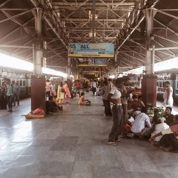 火 車 票 價 便 宜 , 車 上 相 當 有 秩 序 , 並 未 出 現 塞 滿 人 、 車 頂 掛 人 的 情 況 。