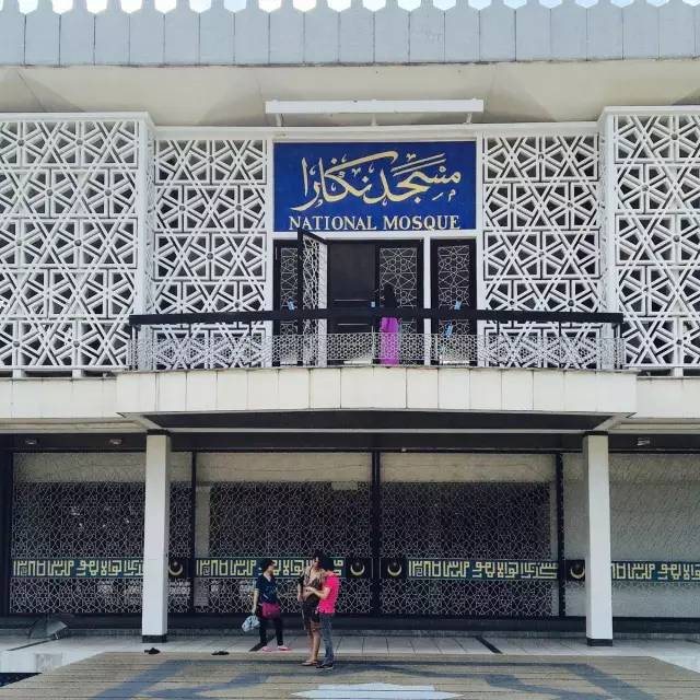 △ 清 真 寺 正 門 。