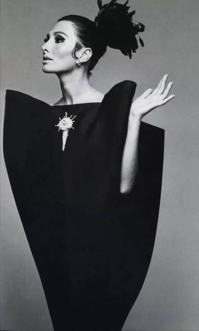模 特 兒 Alberta Tiburzi 身 著 信 封 禮 服 ,1976年