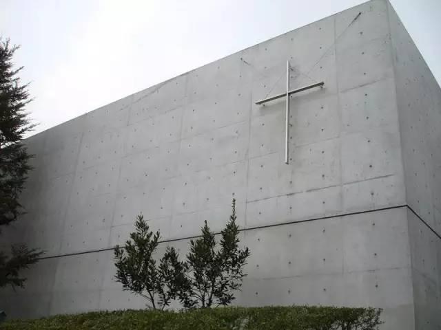低 調 的 教 堂 高 牆 。